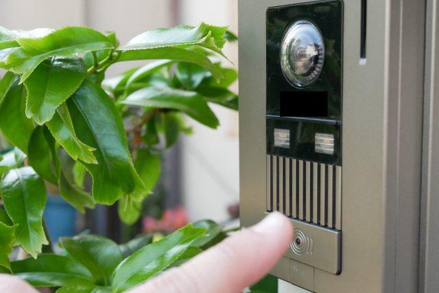 カメラ付きインターホンの取り付け方と機能を紹介